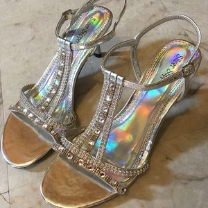 Shoes - 🌼 3/$25 Holographic Silver Heels
